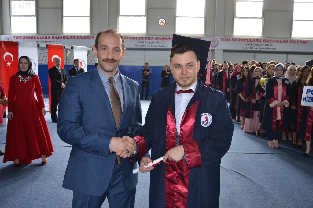 http://www.omu.edu.tr/sites/default/files/files/alacam_myoda_mezuniyet_kivanci/onur_bekiroglu_ve_okul_birincisi_kerem_komsuoglu.jpg
