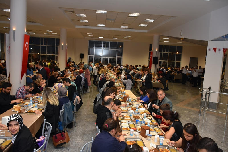 http://www.omu.edu.tr/sites/default/files/files/omu_ailesi_iftarda_bir_araya_geldi/dsc_2792.jpg