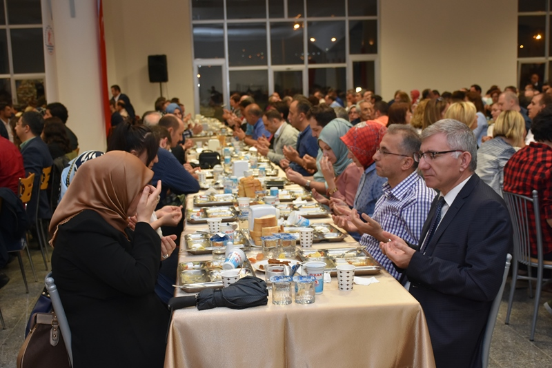 http://www.omu.edu.tr/sites/default/files/files/omu_ailesi_iftarda_bir_araya_geldi/dsc_2840.jpg