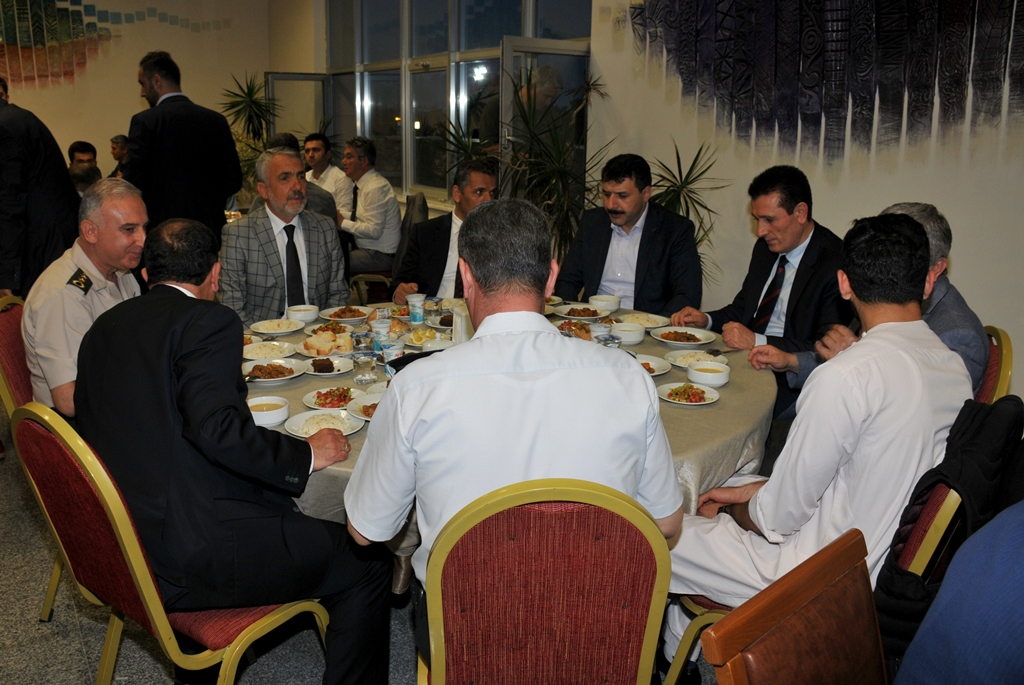 http://www.omu.edu.tr/sites/default/files/files/rector_bilgic_meets_omu_family_at_quotiftarquot_/omuiftardsc_0009_4.jpg