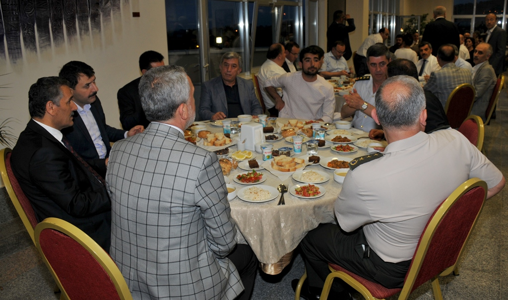 http://www.omu.edu.tr/sites/default/files/files/rector_bilgic_meets_omu_family_at_quotiftarquot_/omuiftardsc_0009_5.jpg