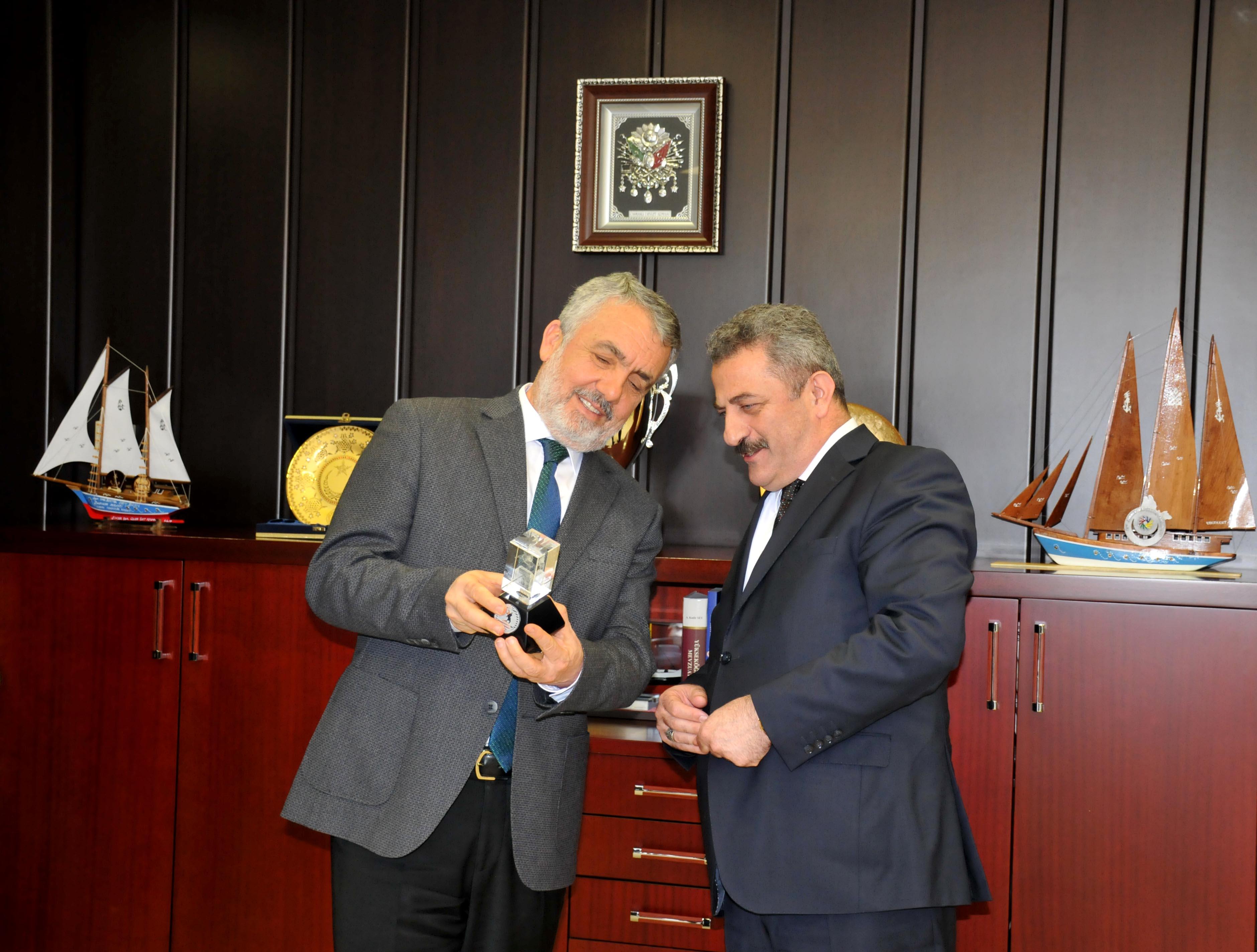 http://www.omu.edu.tr/sites/default/files/files/rektor_bilgic_yurt_disi_turkler_ve_akraba_topluluklar_baskanligi_heyetini_kabul_etti/dsc_0174.jpg