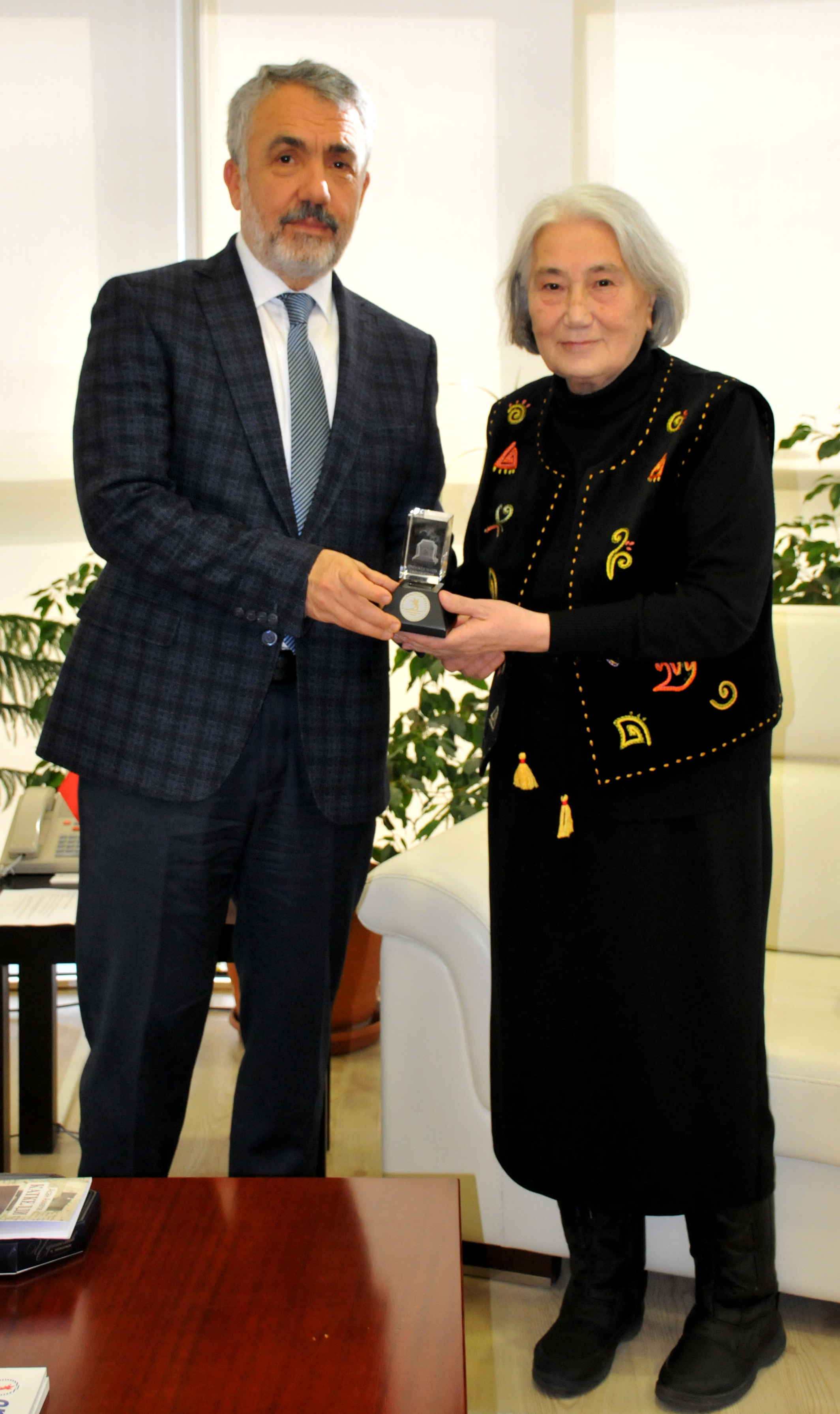 http://www.omu.edu.tr/sites/default/files/files/roza_aitmatov_visits_rector_bilgic/dsc_0163.jpg