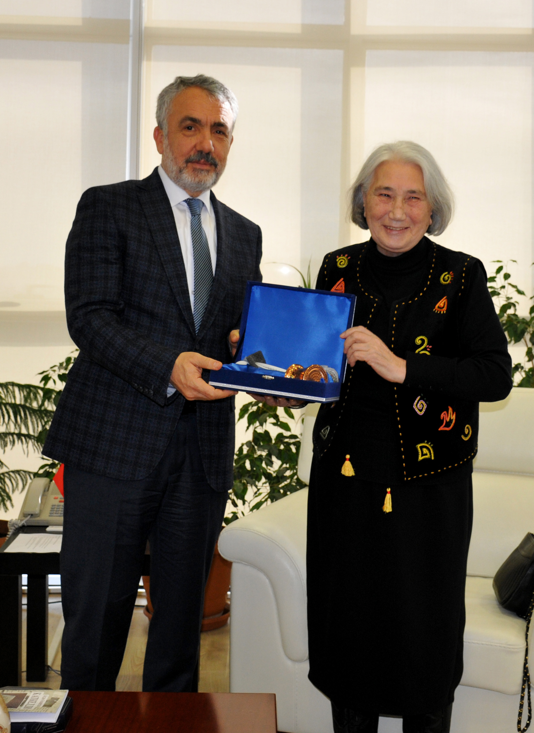 http://www.omu.edu.tr/sites/default/files/files/roza_aitmatov_visits_rector_bilgic/dsc_0166.jpg
