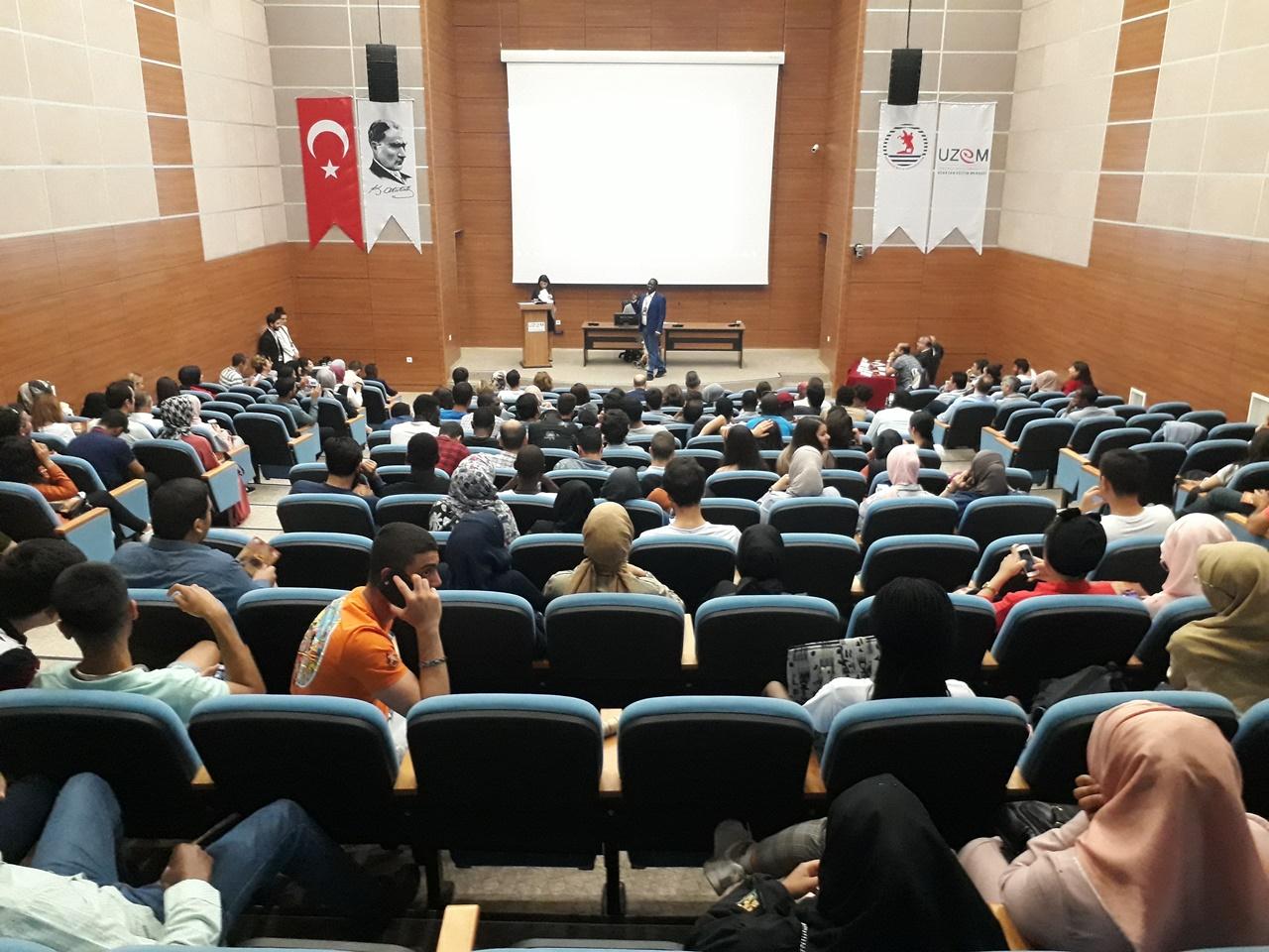 http://www.omu.edu.tr/sites/default/files/files/uluslararasi_ogrenciler_turkcelerini_yaristirdi_/omu_turkce_konusma_yarismasi_121.jpg