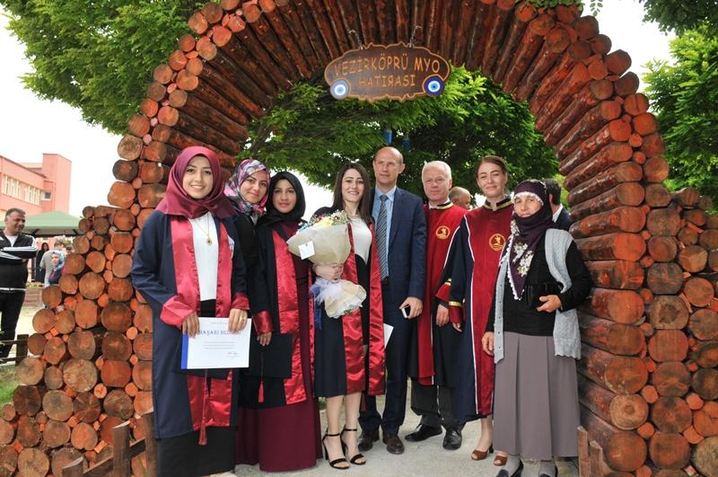http://www.omu.edu.tr/sites/default/files/files/vezirkopru_havza_ve_kavak039da_mezuniyet_coskusu/dsc_0075.jpg