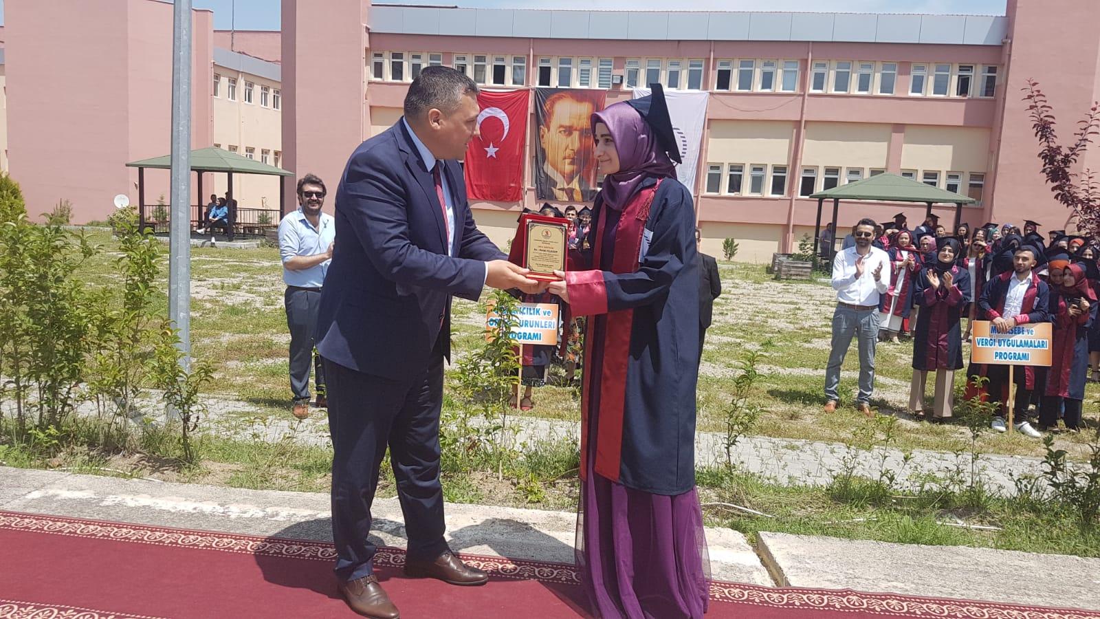 http://www.omu.edu.tr/sites/default/files/files/vezirkopru_myoda_mezuniyet_sevinci/whatsapp_image_2019-05-31_at_17.55.51.jpeg