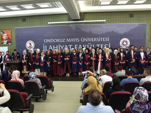 Türkiye'nin önde gelen ilahiyat fakültelerinden biri olan ve yetiştirdiği nitelikli mezunlarla alana katkı sunan Ondokuz Mayıs Üniversitesi (OMÜ) İlahiyat Fakültesi, 2020-2021 eğitim-öğretim yılının mezunlarını verdi.