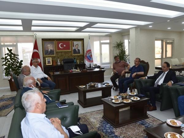 Beraberindeki Rektör Yardımcıları Prof. Dr. Recep Sancak, Prof. Dr. Cengiz Batuk ve Üniversite Genel Sekreteri Prof. Dr. Hüseyin Gençcelep ile birlikte Bafra Belediyesine gelen Rektör Prof. Dr. Yavuz Ünal, burada Bafra protokolü ve bağışçılarla bir araya geldi.