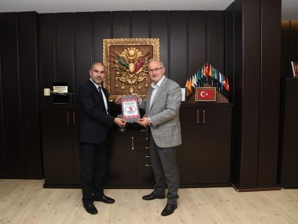 OMÜ mezunu Afganistan Selam Üniversitesi Rektör Yardımcısı, OMÜ Rektörü Prof. Dr. Yavuz Ünal'ı makamında ziyaret etti.