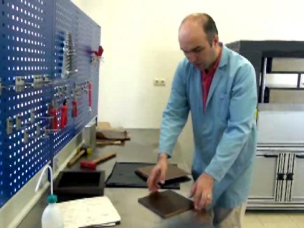 Doç Dr. Özgür Demircan laboratuvarda çalışırken