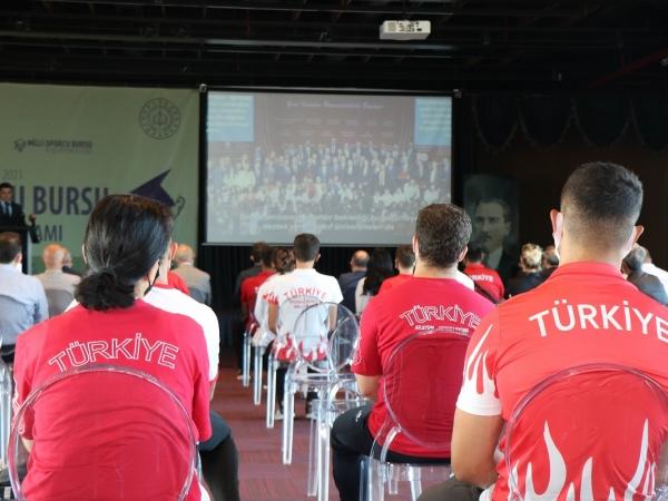 Millî Sporcu Bursu için  Samsun Büyükşehir Belediyesi Ömer Halisdemir Spor Salonu'ndaki Vali Doç. Dr. Zülkif Dağlı'nın katılımıyla tanıtım programı düzenlendi.