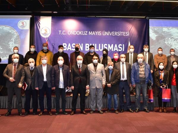 Günün Hatırası: Toplantıya Katılan Gazetecilerle Hatıra Fotoğrafı