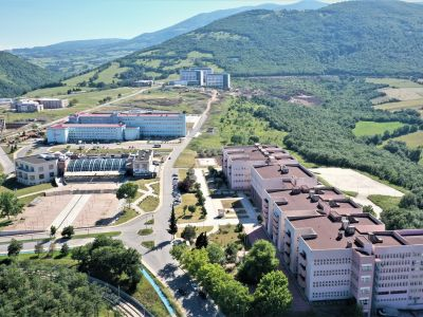 OMÜ Fen Edebiyat Fakültesi ve yeşillikle bezenmiş çevresinin drone ile çekilen üstten görüntüsü